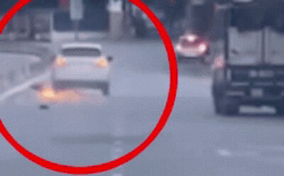 Thanh niên xăm trổ lái ô tô gây tai nạn, kéo lê xe máy toé lửa bỏ chạy có biểu hiện ngáo đá
