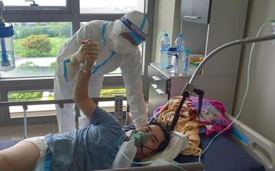 'BS cứu cháu với, cháu còn 3 con nhỏ, vợ cháu vừa mất': Lời cầu cứu của bệnh nhân bị Covid-19 ăn thủng phổi