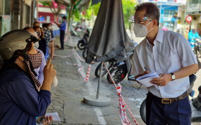 Bí thư Đà Nẵng trực tiếp đến chợ thăm hỏi và khảo sát người dân về các chính sách hỗ trợ