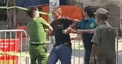 Hà Nội: Gã đàn ông bóp cổ công an, cầm gạch đe dọa đòi 'thông chốt' kiểm soát dịch lĩnh án 33 tháng tù giam