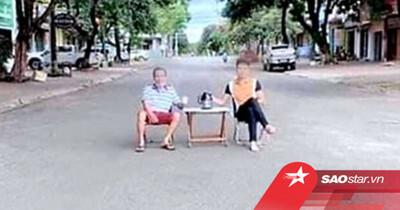 2 người đàn ông 'chơi ngông' mang bàn ra giữa đường uống trà rồi chụp hình đăng Facebook