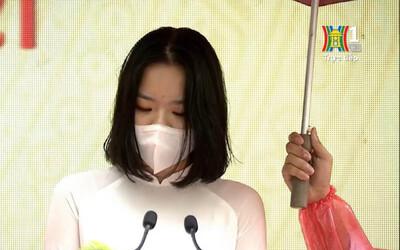 Nữ sinh đại diện phát biểu trong lễ khai giảng của Hà Nội gây bão vì quá xinh xắn, soi info càng nể vì quá giỏi