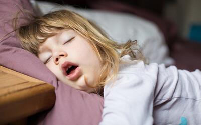 Trẻ bị nghẹt mũi khó thở khi ngủ phải làm sao?