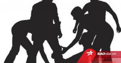 Đang đạp xe về nhà, người phụ nữ bị nhóm đàn ông chặn đường giở trò đồi bại trước mặt chồng