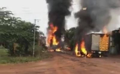 Nóng: Vừa tiếp xăng xong, xe bồn bốc cháy dữ dội rồi phát nổ lan sang xe tải ở Bình Phước