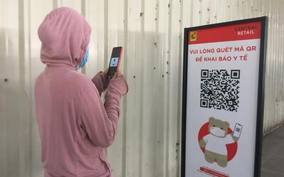 Hà Nội yêu cầu người dân đi mua sắm quét mã QR hoặc khai báo trực tiếp ở điểm bán