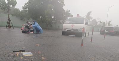 Đà Nẵng: Mưa xối xả trước bão, đường phố biến thành sông