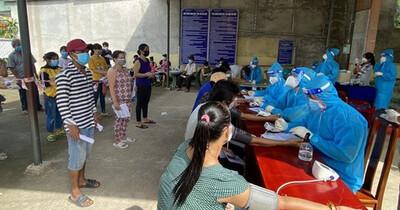 Hà Nội: 2 vợ chồng bán rau quả ở chợ mắc Covid-19