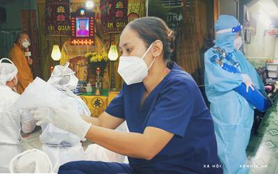Mẹ mất, 2 con nhỏ nhiễm Covid-19, vợ chồng nữ điều dưỡng gạt nước mắt ở lại trạm y tế chống dịch