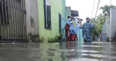 Đà Nẵng: Khu dân cư ngập sâu, nhiều người phải bồng con đi gửi nhờ