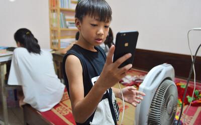 Cảnh học online trong gia đình 8 người con: Đứa mượn điện thoại, đứa đi học nhờ, tranh thủ học ké khi anh chị ra chơi