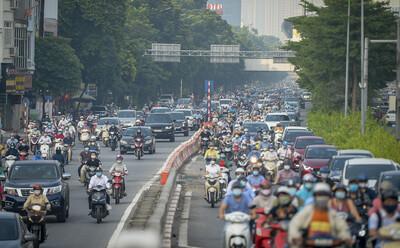 Ngày đầu chấm dứt giãn cách xã hội, đường phố Hà Nội đông nghịt người