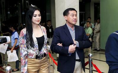 Si tình như tỷ phú Johnathan Hạnh Nguyễn: Trúng 'tiếng sét ái tình' với nữ TVHK kém 19 tuổi, đi mọi chuyến bay của vợ