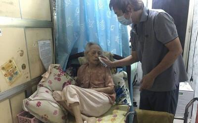 Cụ bà 99 tuổi 'chiến thắng' Covid-19 tại nhà