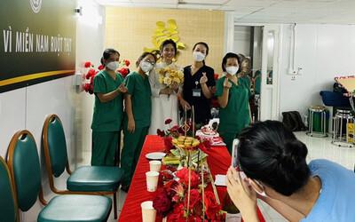 Xúc động đám cưới qua màn hình của nữ điều dưỡng xinh đẹp vào Sài Gòn chống dịch với chú rể ở Hà Nội
