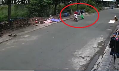 Đi đổ rác, cô gái bị nam thanh niên áp sát xe máy rồi giật dây chuyền trong tích tắc
