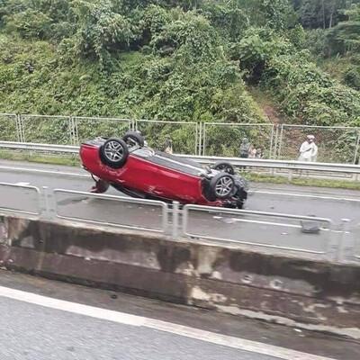 Clip khoảnh khắc ô tô bất ngờ lao vào dải phân cách, 'bay lộn' nhiều vòng trên cao tốc