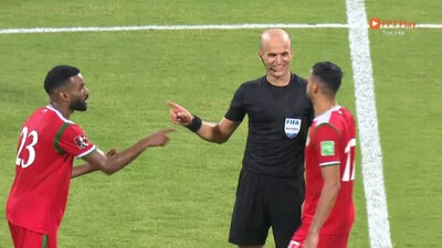 Tranh cãi khoảnh khắc trọng tài tươi cười với cầu thủ Oman