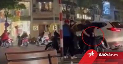 Giật điện thoại của hai bạn trẻ ngay giữa phố Hà Nội, người phụ nữ giấu nhẹm 'hàng' rồi ra sức đôi co