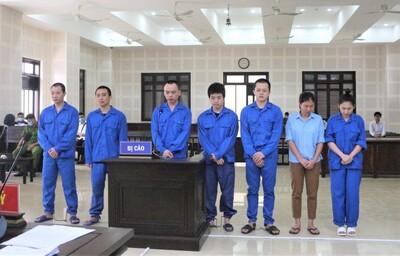 Tổ chức cho 14 người Trung Quốc ở 'chui' để đánh bạc, 2 cô gái chia nhau gần 18 năm tù
