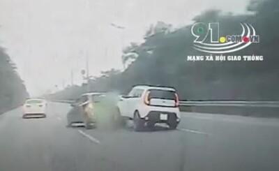 Clip: Đâm lật xe taxi, tài xế lập tức bỏ chạy khiến nhiều người phẫn nộ