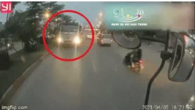 Clip: Xe bồn đi ngược chiều giờ cao điểm, tài xế còn ngang nhiên thách thức 'Ngược chiều thì làm sao?'