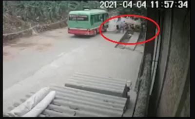 Clip: Khoảnh khắc phụ xe buýt 'ném' khách xuống đường gây bức xúc