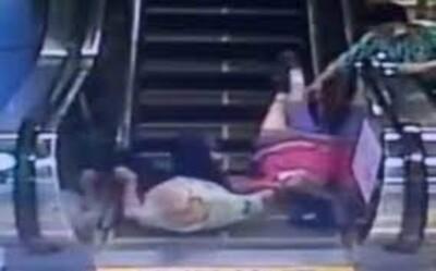 Nắm tay nhau cùng đi thang cuốn, cặp vợ chồng già gặp tai nạn thương tâm