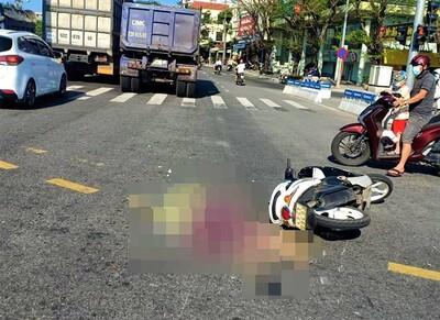 Đà Nẵng: Va chạm với xe đầu kéo, người phụ nữ chạy xe máy chết thảm
