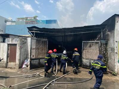TP.HCM: Cháy nhà chứa thịt gia cầm đông lạnh giữa trưa nắng nóng, ô tô và xe máy bị thiêu rụi