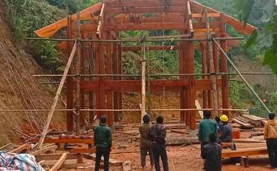 Dựng giúp cột nhà dài 6m, người đàn ông bị cây gỗ đè gãy cổ, tử vong