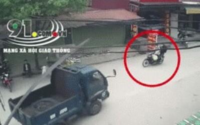 Clip: Đang đi đường, nam thanh niên bất ngờ bị thanh sắt từ xe tải đâm vào người gây chấn thương nặng
