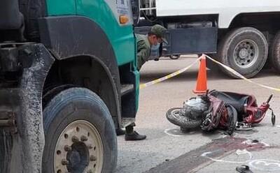 Xe ben ôm cua cán xe máy 'kẹp 4', bé trai 4 tuổi tử vong, người cha ôm thi thể con gào khóc ở hiện trường