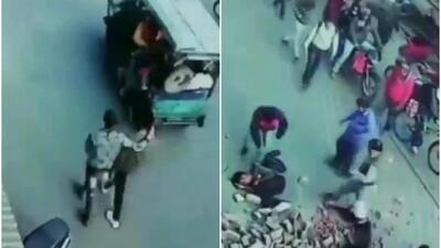 Khoảnh khắc kinh hoàng: Cả đống gạch rơi vào hai người đàn ông đang đi đường