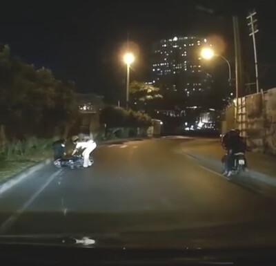 Clip: CSGT giơ chân trúng xe máy khiến người tham gia giao thông té ngã trên đường phố TP.HCM
