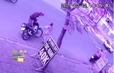 Clip: Liều lĩnh lao ra đường chặn kẻ trộm xe máy, cô gái suýt bị tấn công nhưng thoát nạn trong gang tấc