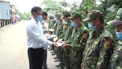 Phó Chủ tịch UBND tỉnh An Giang thăm và tặng quà cho các chốt phòng chống dịch trên tuyến biên giới