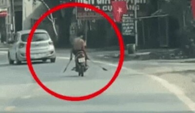 Clip: Thanh niên 2 tay cầm 2 dao 'phóng lợn', điều khiển xe máy bằng chân khiến bao người khiếp sợ