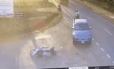 Xe bán tải đâm văng 2 học sinh, tài xế bị tố đánh người, vứt 2,5 triệu đồng ở hiện trường bỏ chạy