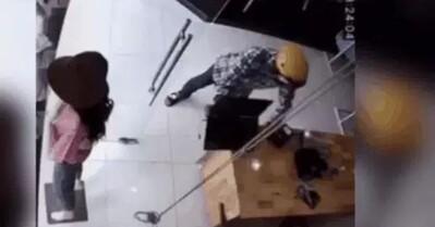Clip: Xông vào cửa hàng xịt hơi cay vào mặt nhân viên, tên cướp giật phăng laptop bỏ chạy trong 10 giây