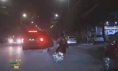 CLIP: Điều khiển xe máy lao như tên bắn, nam sinh bị ô tô hất lên vỉa hè - phụ huynh xem clip mà thấy hối hận
