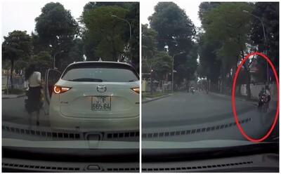 CLIP: Nữ tài xế ra hiệu dừng xe giữa ngã tư, hành động sau đó của chị khiến mạng xã hội Việt rần rần khen ngợi