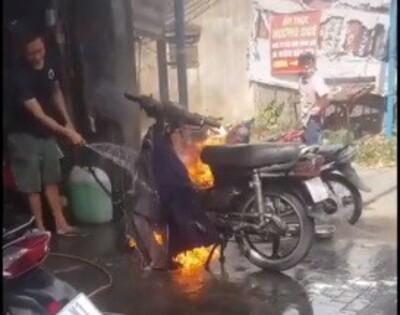 Bình thản dùng nước chữa cháy, CĐM gọi tên thợ xe của năm: 'Người truyền lửa là đây chứ đâu'