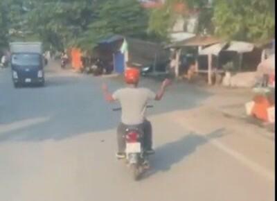 Vừa chạy xe vừa vỗ tay đầy yêu đời, người đàn ông khiến cư dân mạng thắc mắc: 'Chắc lại có gì trong người'
