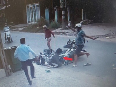 CLIP: Người đàn ông đạp tới tấp vào mặt, đầu nữ sinh sau va chạm giao thông