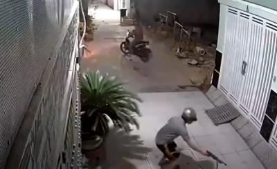 CLIP: 2 gã 'cẩu tặc' quyết đuổi cùng giết tận chú chó lúc nửa đêm, dùng súng điện bắn con vật đến bất động