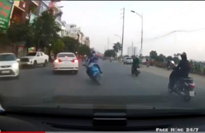 CLIP: 'Pha ú òa' của thanh niên chạy xe máy khiến tài xế ô tô không thể trở tay