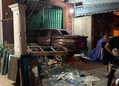 CLIP: Tài xế ô tô bán tải lao như điên, tông sập cánh cửa nhà dân