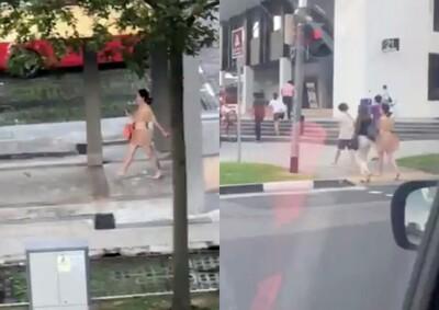 Người phụ nữ khỏa thân thản nhiên xách túi đi dạo trên phố
