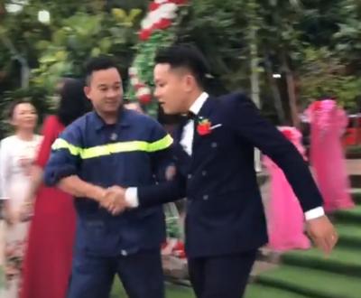 Xôn xao clip anh lính cứu hỏa còn mặc nguyên đồng phục lẫn xe tới dự đám cưới bạn thân và sự thật được chính người trong cuộc tiết lộ